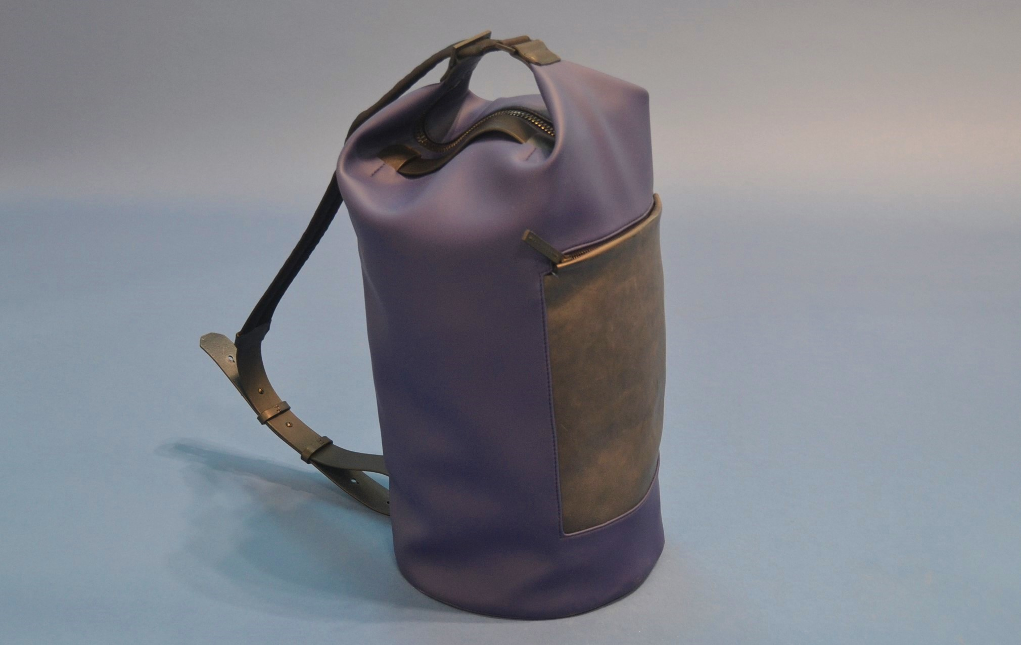 Troubadour Barrel Bag